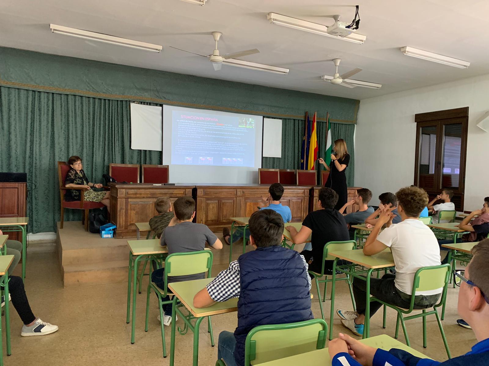 Alumnos de la ESO asisten a una sesión sobre prevención del tabaquismo, consumo de alcohol y otras drogas