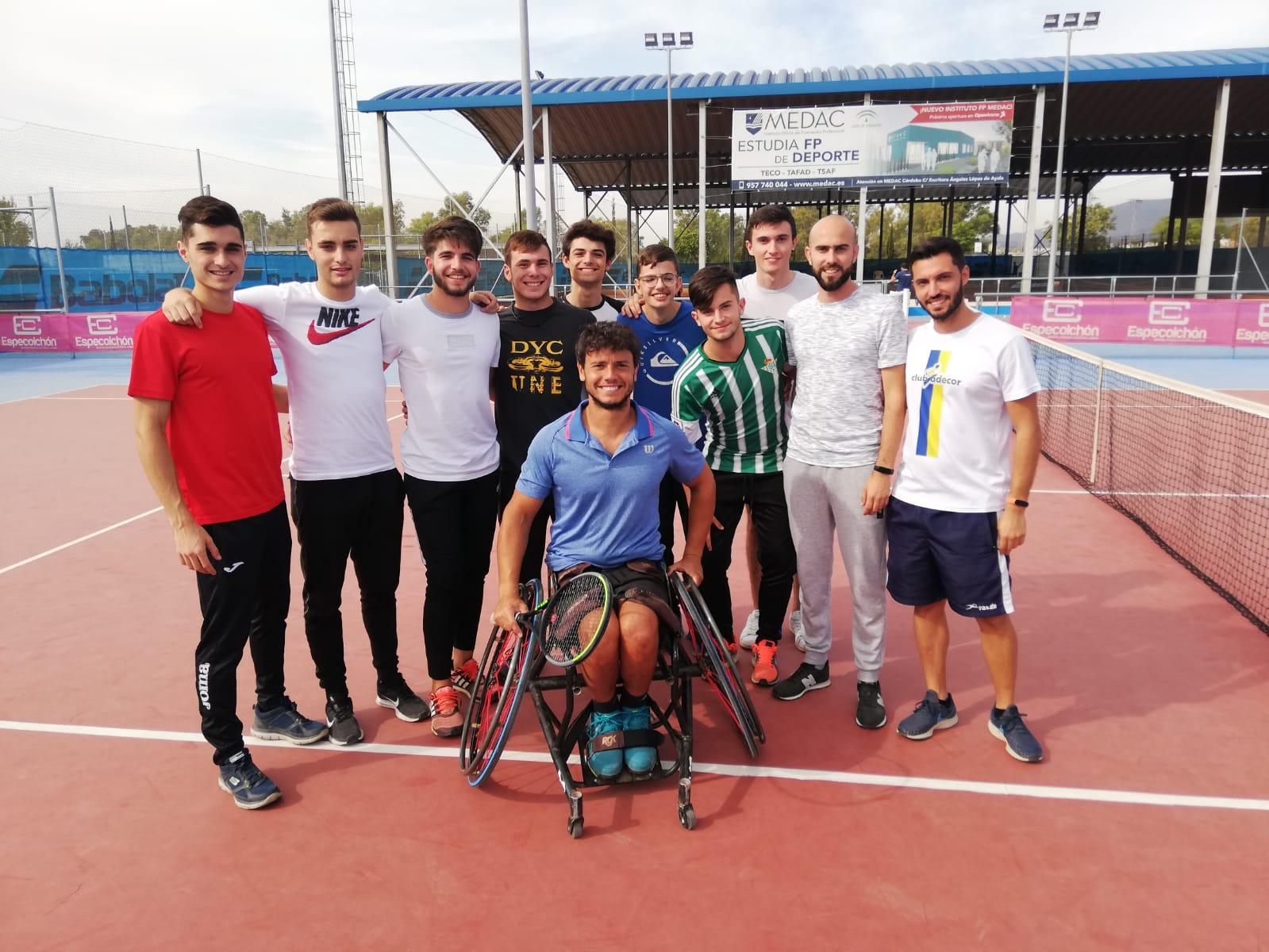 Los alumnos de TESEAS visitan el entrenamiento de Cisco García, tenista en silla de ruedas desde 2015 y un ejemplo de superación