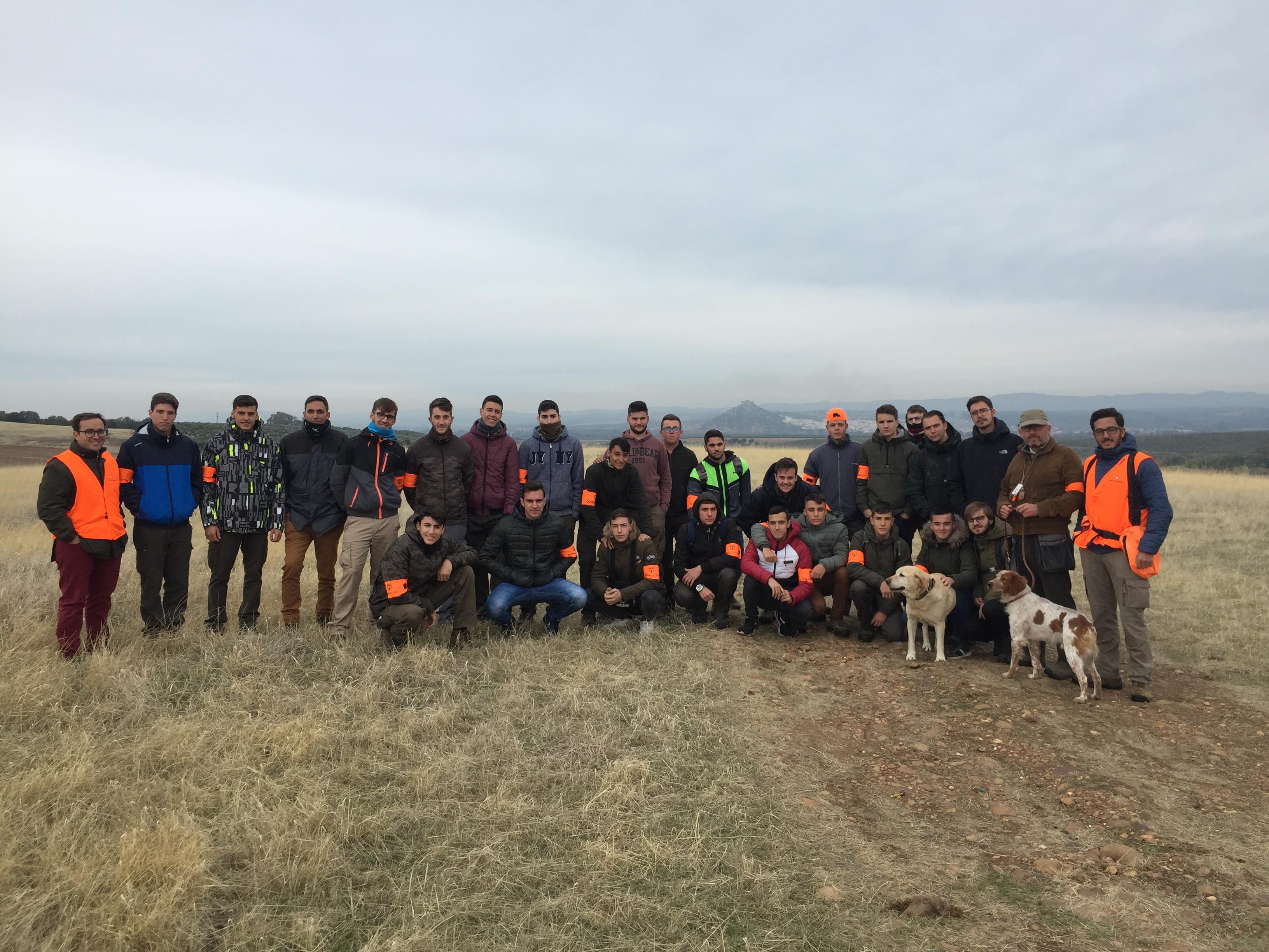 Los alumnos del grado medio de Aprovechamiento y Conservación del Medio Natural asisten a una jornada sobre adiestramiento de perros de caza