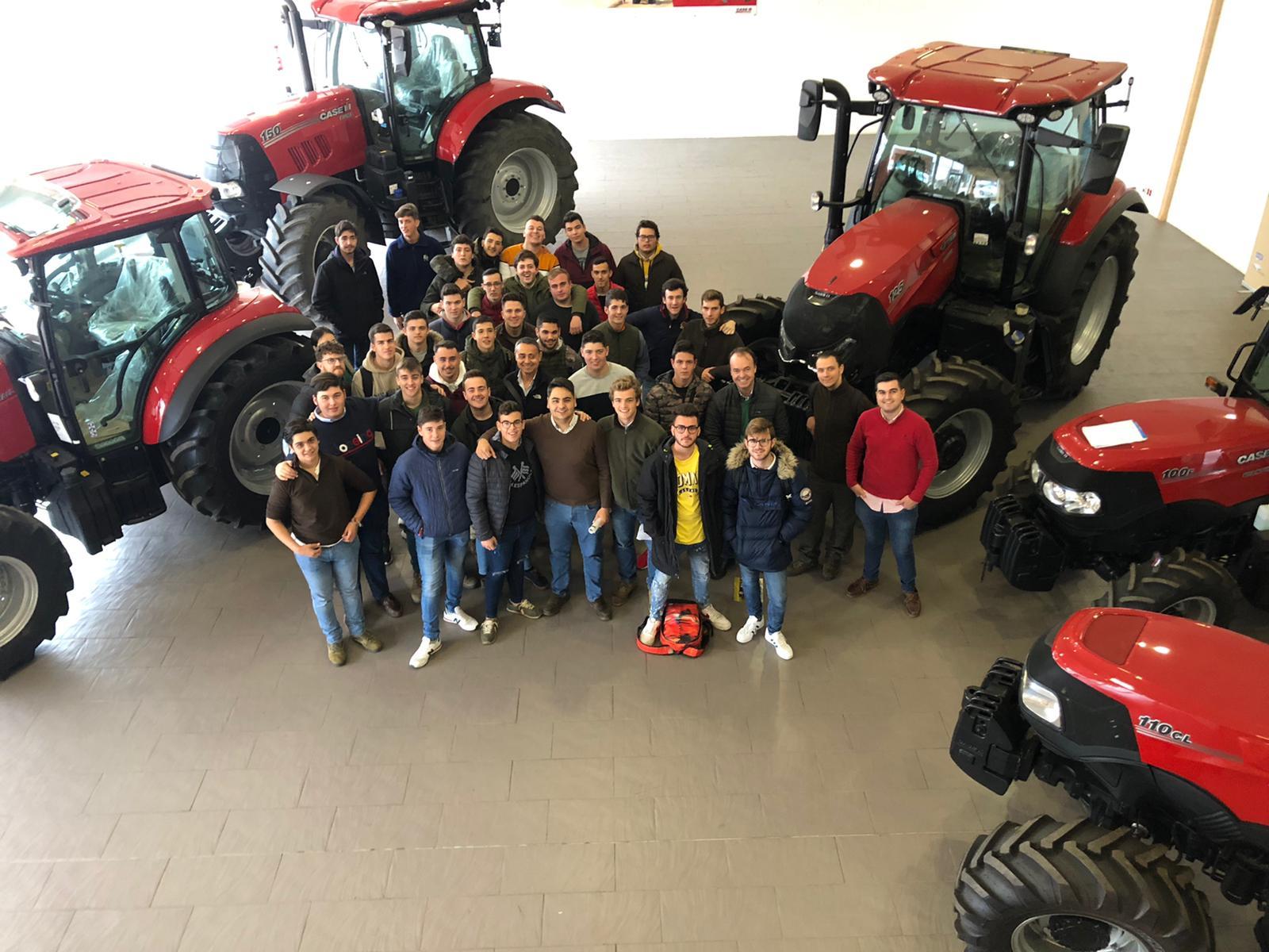Alumnos de Producción Agropecuaria visitan las instalaciones de AGRISUR TRACTORES S.L.