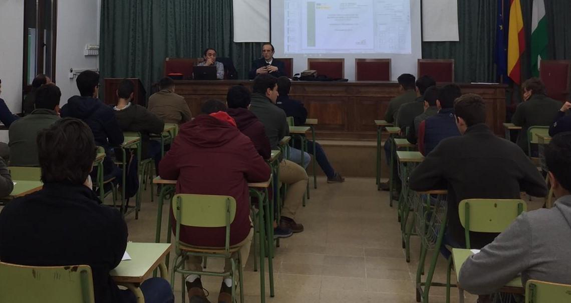 D. Rafael Mora, director de la Oficina Comarcal Agraria de Posadas, imparte una charla coloquio a los alumnos de Torrealba