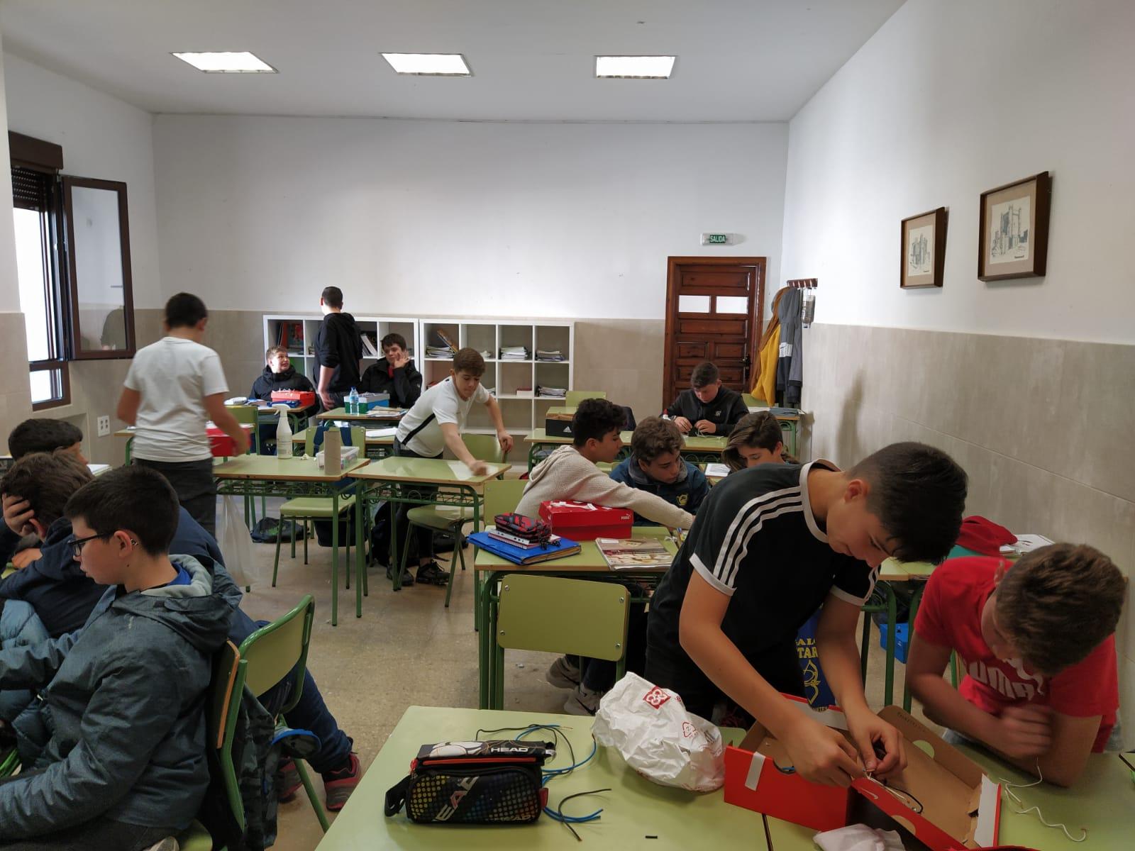 Los alumnos de 1º de ESO aprenden a construir circuitos eléctricos, de la mano de su profesora Dña. Carolina Ordoño